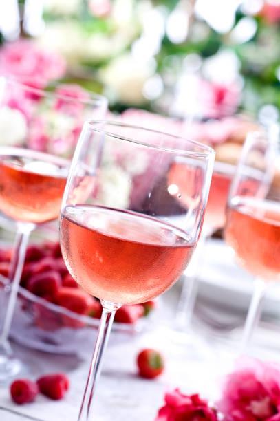 rose-picknick - picknick tisch kühler stock-fotos und bilder