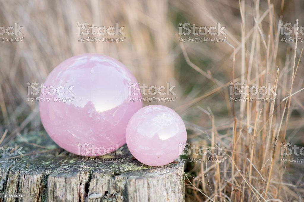 2 Rosenquarz Kristallkugeln in verschiedenen Größen – Foto