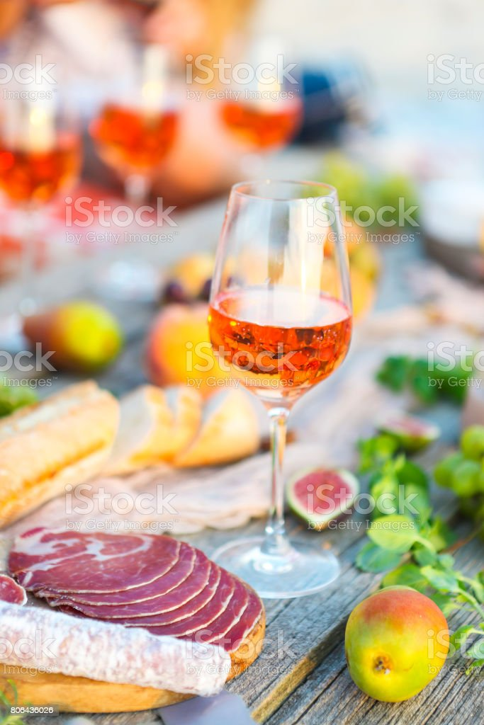 Rose wine glass and Italian food - foto stock