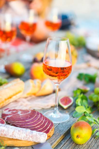 Rose wine glass and Italian food - foto stock