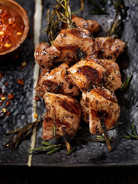 rosemary skewered bbq chicken - kebab marinade stock-fotos und bilder