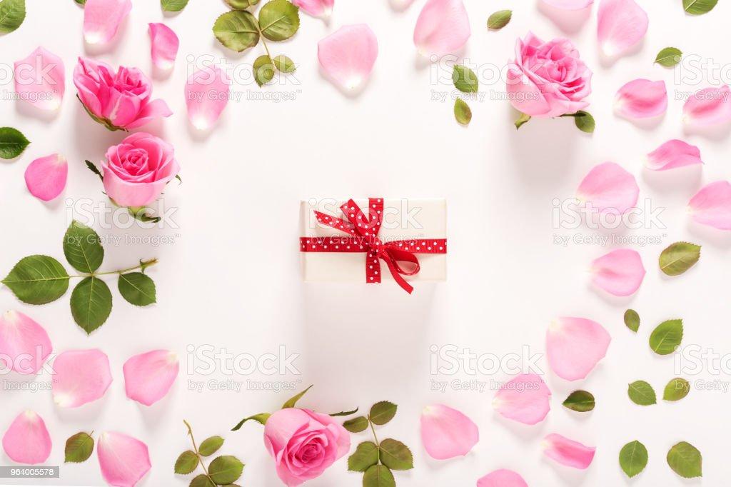 バラとプレゼント ボックスの上部を表示します。 - アメリカ合衆国のロイヤリティフリーストックフォト