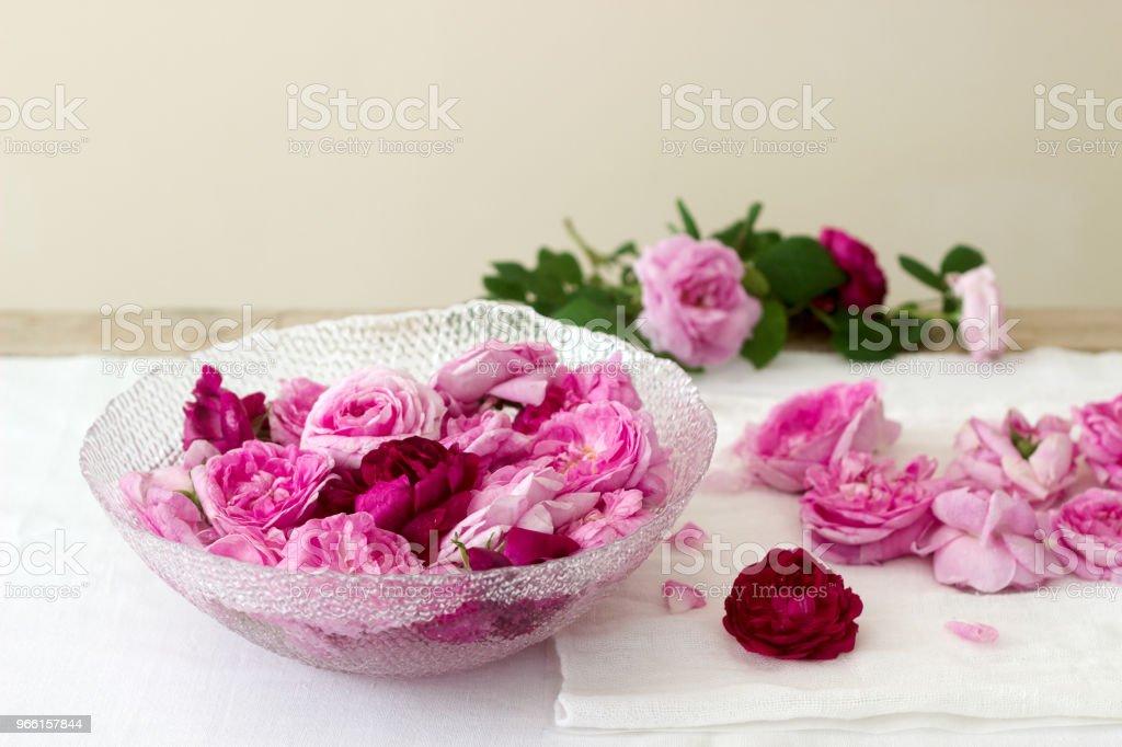 Rosas y pétalos de rosa para hacer rosas. Estilo rústico. - Foto de stock de Alimento libre de derechos