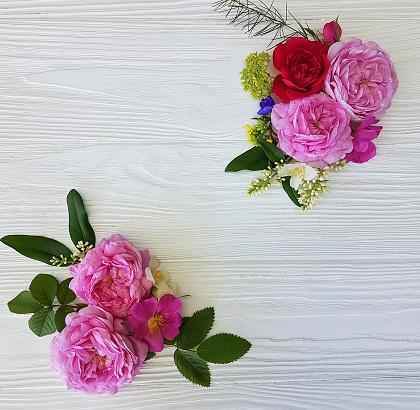 Foto de Rosas Quadro Lindo Buquê Sobre Um Fundo Branco De Madeira e mais fotos de stock de Aniversário