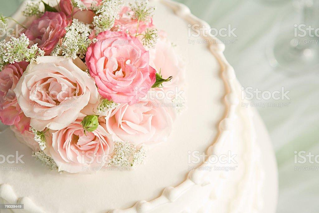 Rosas sobre um bolo de casamento - foto de acervo