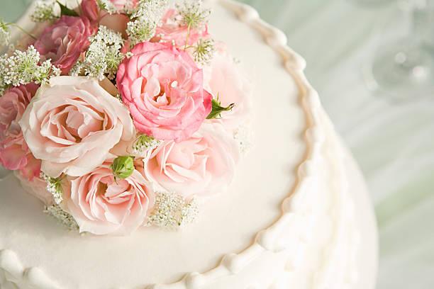 roses on top of a wedding cake - rosentorte stock-fotos und bilder