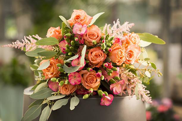 rosen - blumenarrangement stock-fotos und bilder