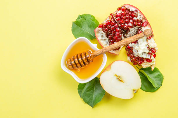 rosh hashana jewish holiday concept - apples, honey, pomegranate - rosh hashana стоковые фото и изображения