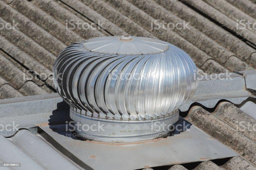Rotating heat extractor on restaurant roof. - foto de acervo