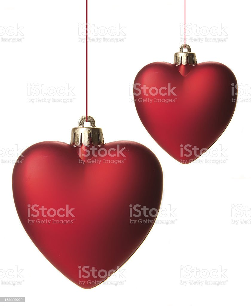 Dunkelrote Christbaumkugeln.Rote Christbaumkugeln In Herzform Isoliert Hangend Mit