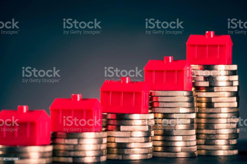 Rote Häuser und Münzen – Foto