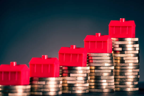 rote häuser und münzen - mieterhöhung stock-fotos und bilder