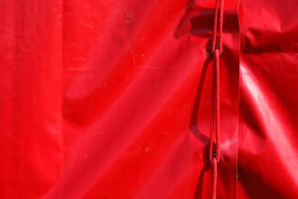 auswendigen zeltplane mit roten band - planenzelt stock-fotos und bilder
