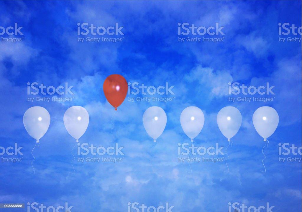 Roter Luftballon Hebt Sich von Einems Donnersberger ab Mit Wolkenhimmel – Foto
