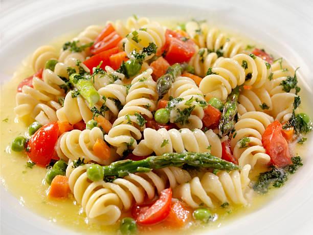 rotini primavera in a browned butter and garlic sauce - nudelsalat zum grillen stock-fotos und bilder