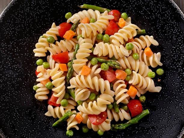 rotini primavera - nudelsalat zum grillen stock-fotos und bilder