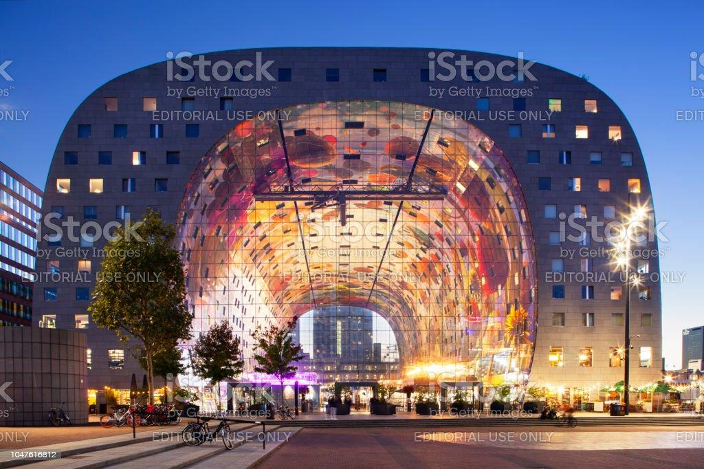 Rotterdam markthal in schemerlicht foto