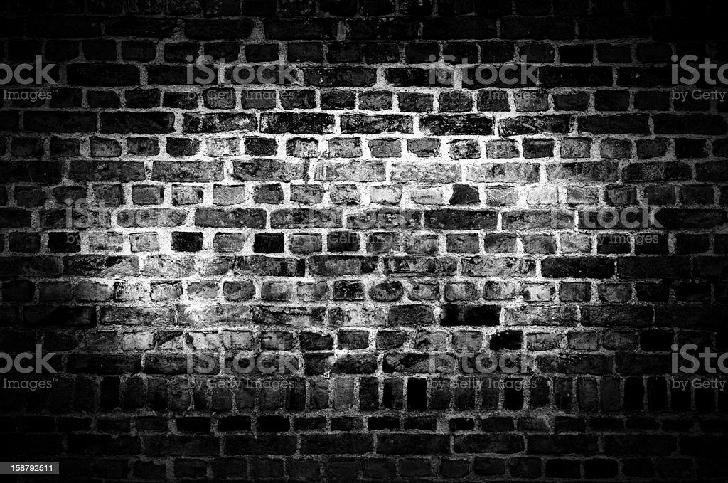 Rough mur de briques dans l'obscurité - Photo