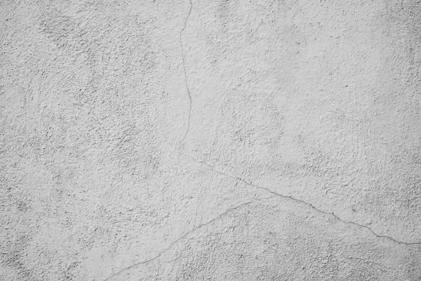 Raue, verputzte Beonwandband mit rissen und verschmutzen Strukturen. Weiss Grauer Hintergund mit abgenutztem und verwittertem Putz. Steinwand im Industrial Style. – Foto
