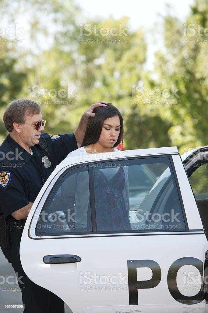 Rough Polizist Fesselnde Weibliche Fahrer - Stockfoto | iStock