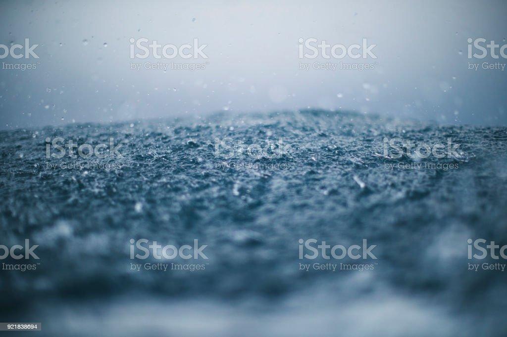 Raue See und Regen Tropfen – Foto