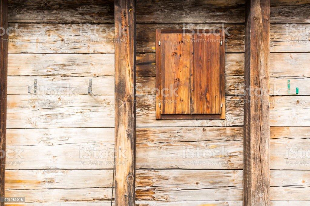 Assi Di Legno Grezze : Parete di legno grezzo con finestra stockfoto istock