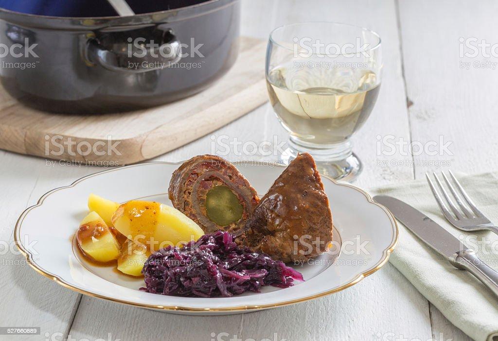 Rocambole de carne com batatas, repolho roxo - foto de acervo