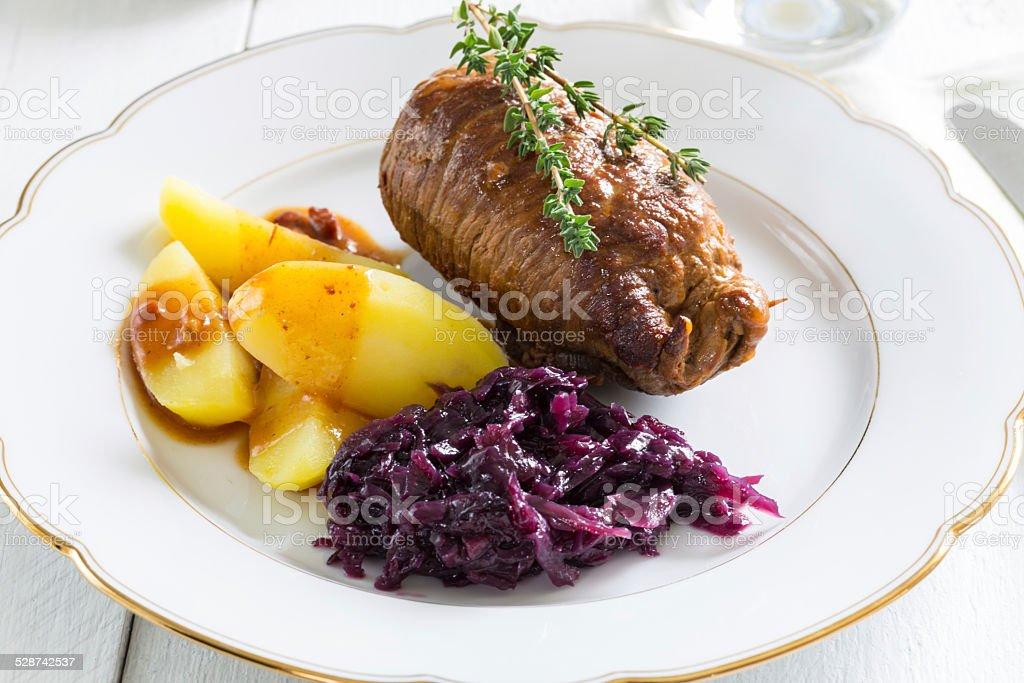 Roulade von Rindfleisch mit Kartoffeln und red cabbage – Foto