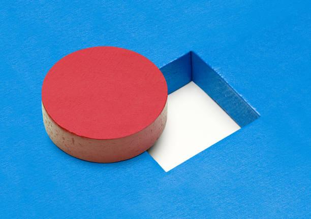 Perforación redonda bloque rectangular - foto de stock