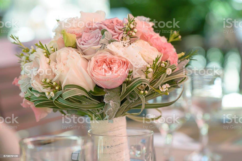 Alrededor de ramo de novia con Peonias de color pastel y rosas, encajes y zonas verdes, ubicado en un florero transparente - foto de stock