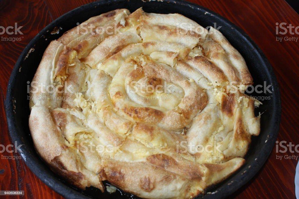 Rundes Burek Oder Kuchen In Metall Pfanne Auf Einem Holzsockel Stock