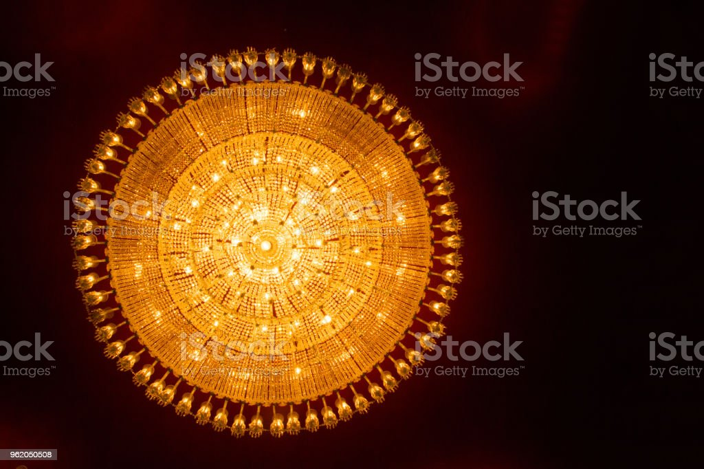 Kronleuchter Indien ~ Runde decke kronleuchter licht am durga puja im gottesdienst