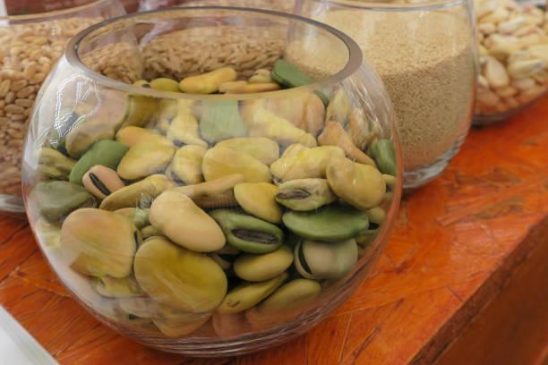 圓形水晶碗與干法瓦豆。(維西亞·法巴)圖像檔