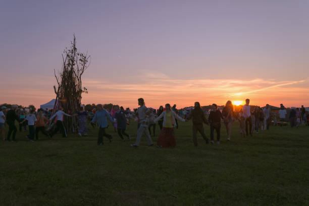round dance lagerfeuer feiern sommer-sonnenwende bei sonnenuntergang - tanz camp stock-fotos und bilder