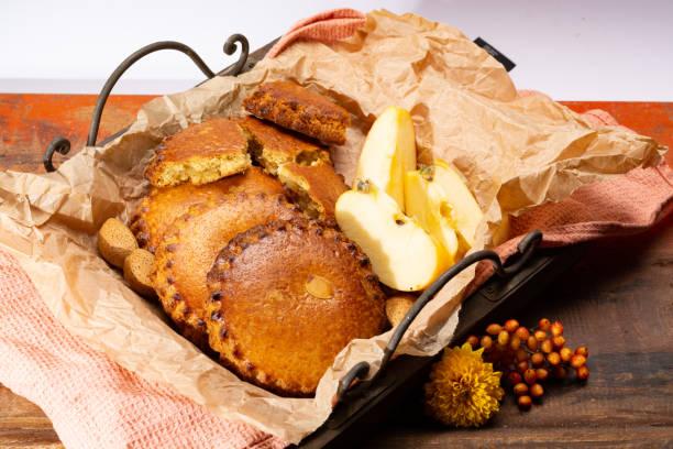 runde niederländischen hausgemachte kekse gefüllt mit äpfeln und mandeln nüsse, herbst / winter saison dessert in niederlande - apfel marzipan kuchen stock-fotos und bilder