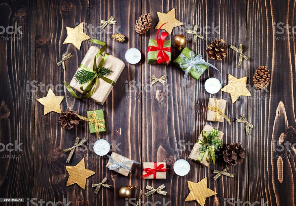 Runde Rahmen Weihnachten Handwerk Geschenkbox auf dunklem Hintergrund. Winter, Neujahr Zusammensetzung. Flach zu legen. Ansicht von oben – Foto