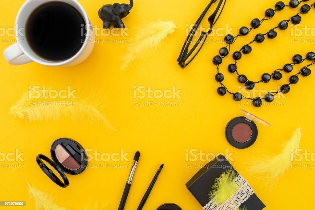 dd3854ddd Marco redondo con caja de papel, gafas, cosméticos, bisutería y accesorios  con taza