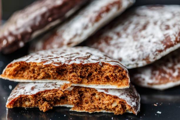 runde lebkuchen - deutscher schokoladen zuckerguss stock-fotos und bilder
