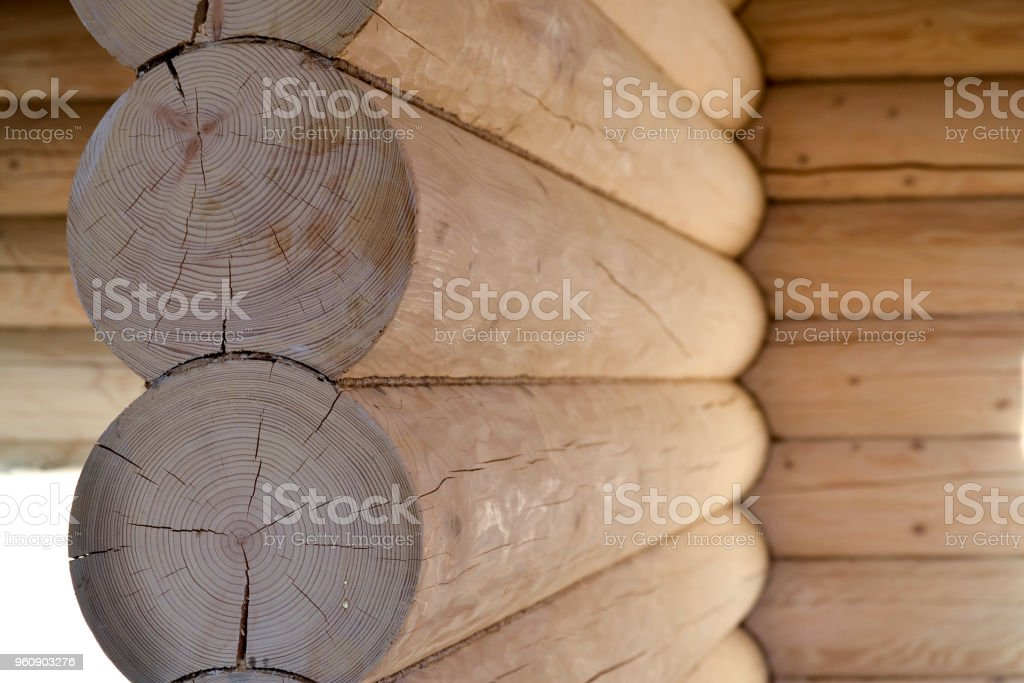 Rundholz in der Wand eines Holzhauses übereinander gestapelt. Ökologisches Haus. Gebäude - Lizenzfrei Abstrakt Stock-Foto
