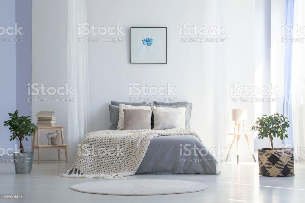 Runder Teppich Vor Grauen Bett Mit Decke In Minimalen Schlafzimmer Innenraum Mit Poster Echtes Foto Stockfoto Und Mehr Bilder Von Behaglich Istock