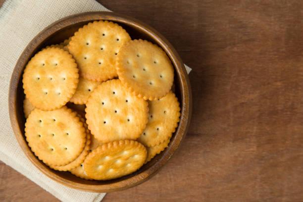 圓醃餅乾餅乾在木碗裡穿亞麻布和木制背景 - 克力架 個照片及圖片檔