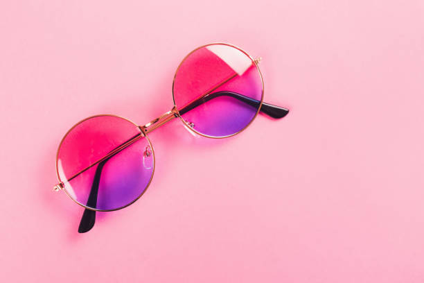 Runde Sommer Duotone Sonnenbrille auf rosa Hintergrund. – Foto