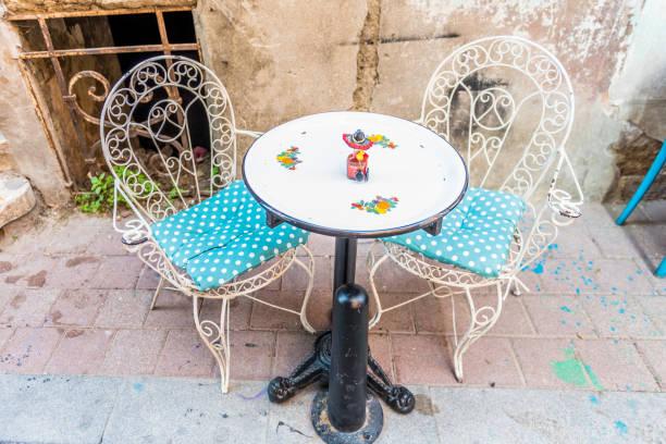 Yuvarlak masa ve metal sandalye Street stok fotoğrafı