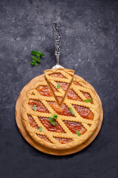 runde torte aus shortbread und marmelade - crostata stock-fotos und bilder