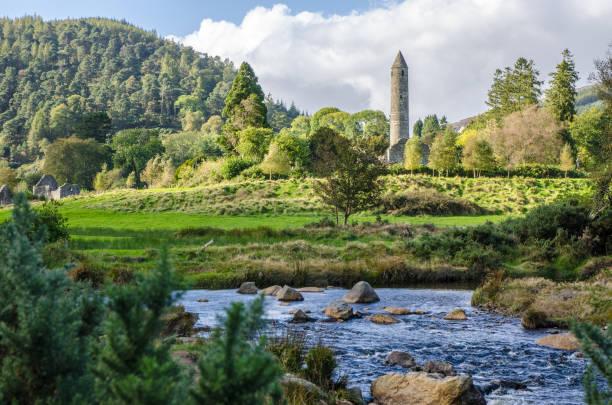 Rundturm der Ruinen des irischen Kloster Glendalough tagsüber im Herbst – Foto