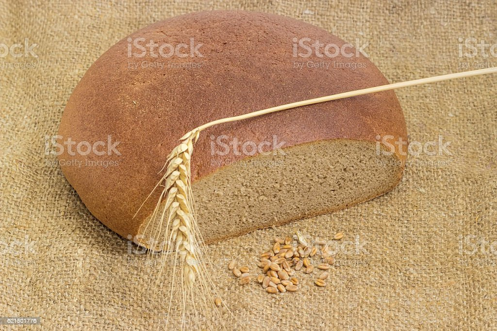 Round wheat and rye bread, wheat spike and wheat grain photo libre de droits