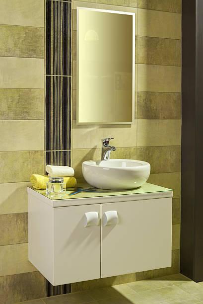 runden weißen waschbecken im modernen badezimmer - badezimmer new york style stock-fotos und bilder