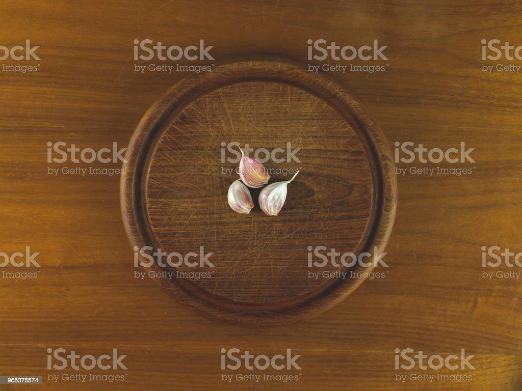 三丁香大蒜圓木切割板 - 免版稅丁香圖庫照片