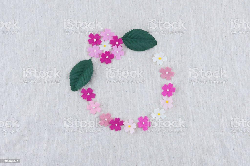 Ronde krans gemaakt van roze Toon papier bloemen - Royalty-free Blad Stockfoto