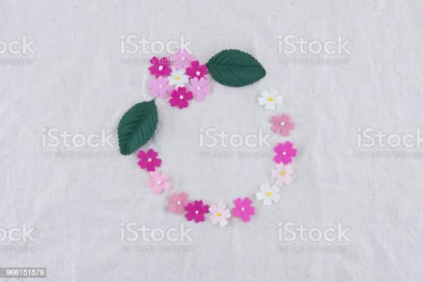 Rund Krans Gjord Av Rosa Ton Pappersblommor-foton och fler bilder på Blomma